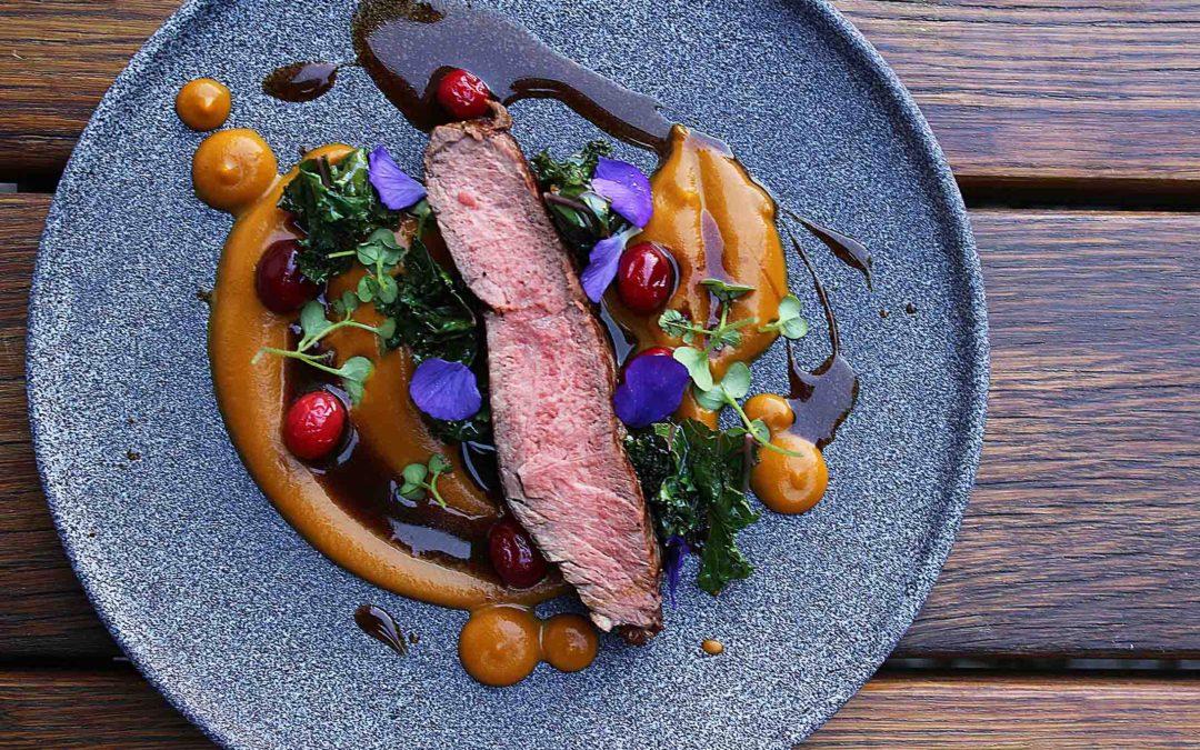 Rib Eye steak, dýně, kadeřávek, divoká brusinka